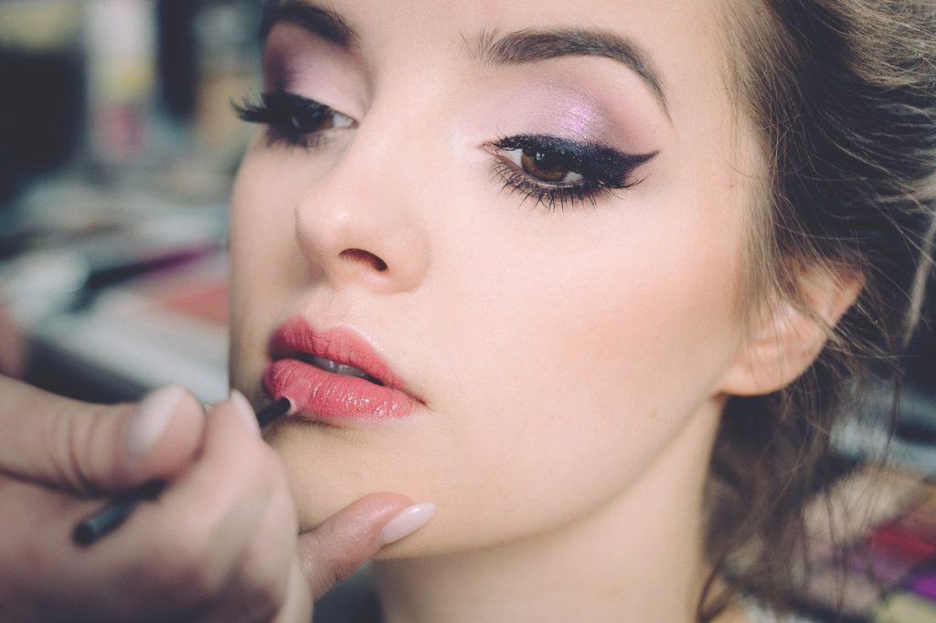 woman putting make up
